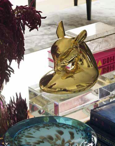 Разточителните аксесоари от цветно стъкло, стъкло Мурано, мед, сребро, злато са акцент в дома.