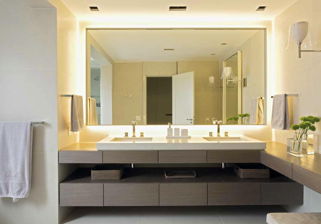 Банята е решена в спокойна гама. Пространството позволява да се развие двойна мивка с голямо огледало.