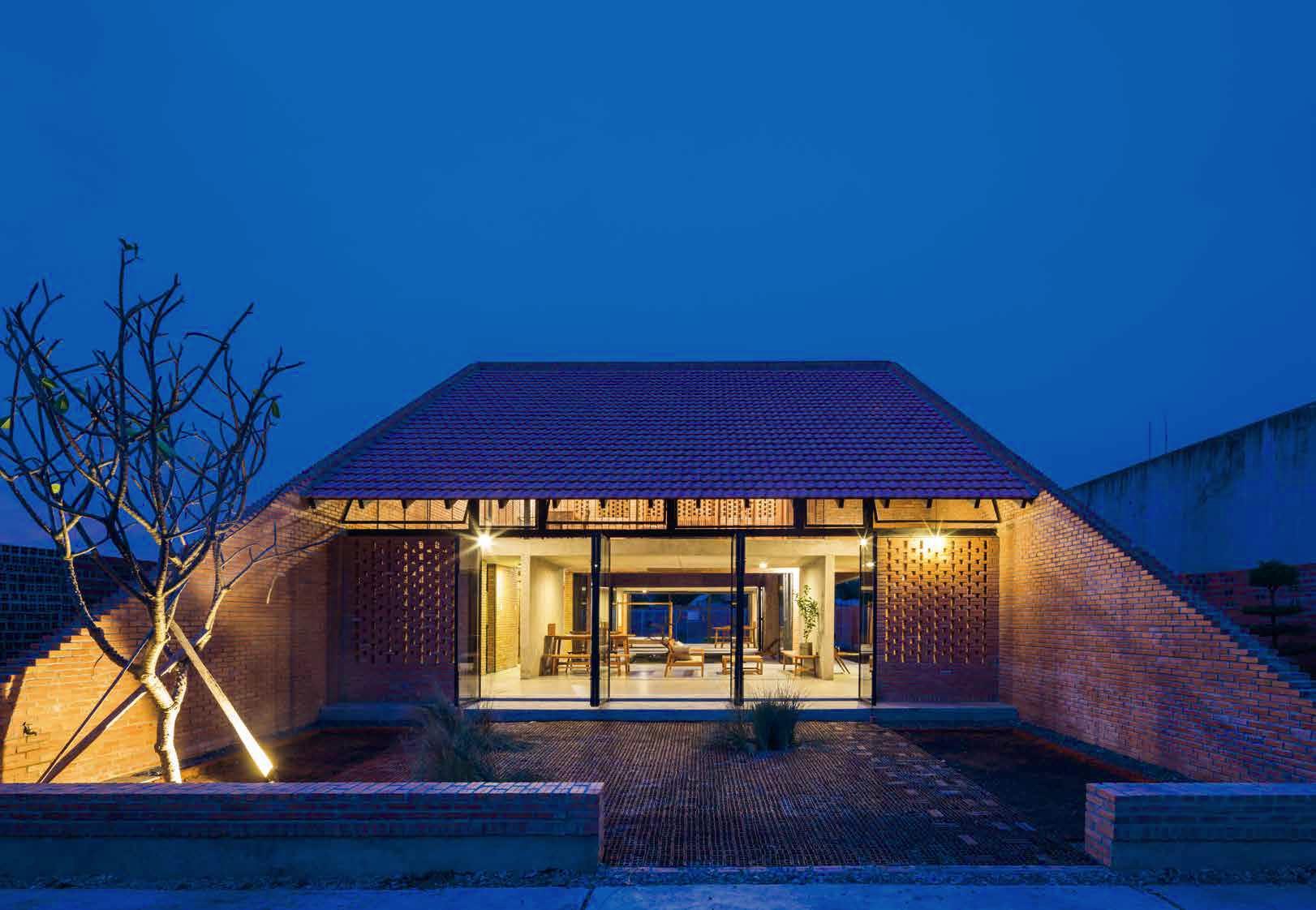 Фасадата на къщата е красива комбинация от стъклени витрини и декоративни тухли