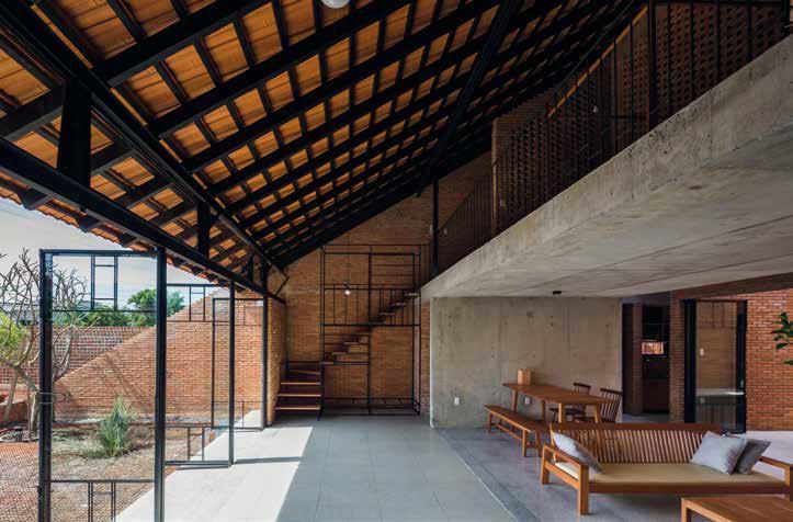 Съчетаването на различни материали са характерни за концепцията на дома
