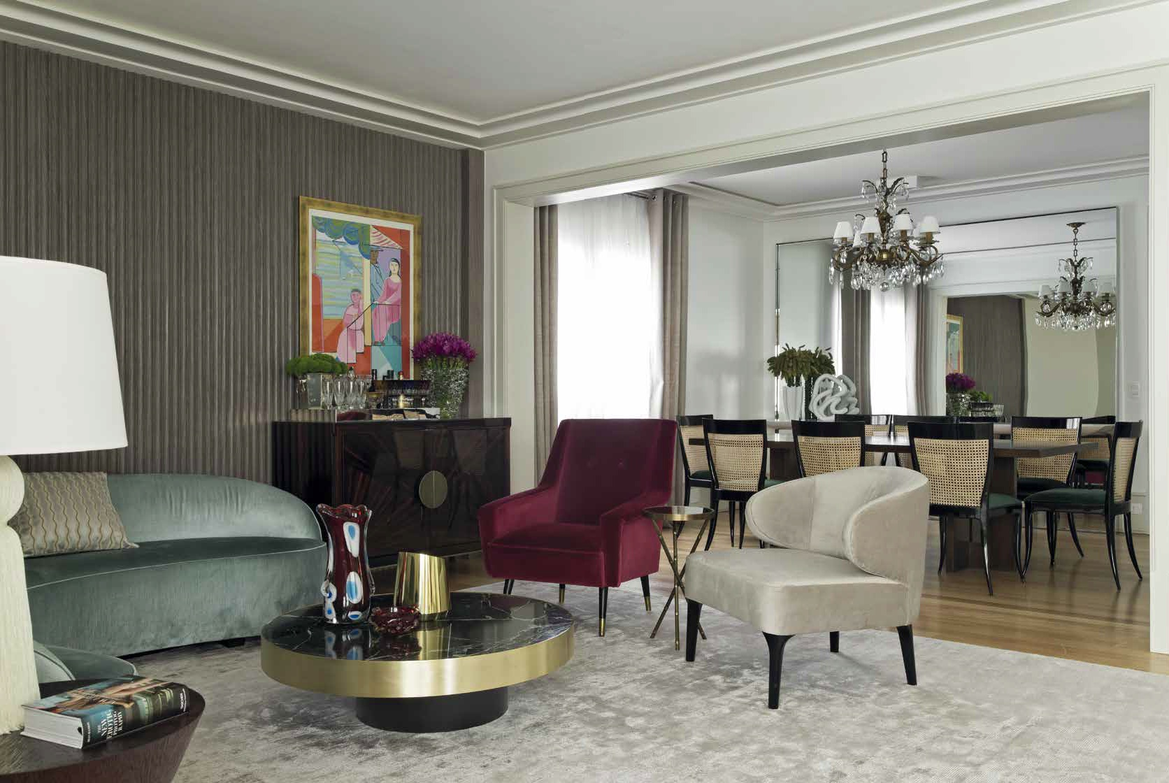 Луксът е създаден с игра в комбинирането на заемки от емблематични мебели, архитектурни елементи и декорация