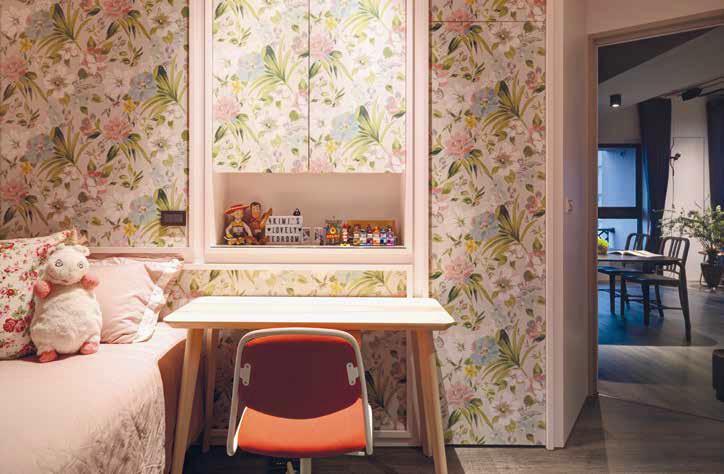 Пролетта е темата за стаята на дъщерята. Използвайки отново характерни мотиви, този път с розови цветове, дизайнерите създават целогодишен красив сезон от багри, радост и комфортна среда за енергично, активно младо момиче. Мотивите заемат стената и шкафовете в стаята на девойката.