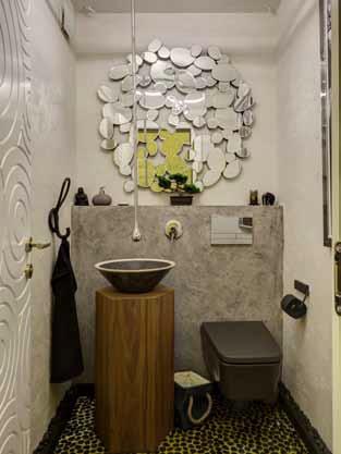 Тоалетната за гости е оборудвана с най-нови модели санитарна керамика и смесител.